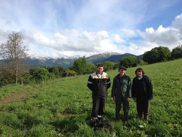 Viviane, Rémi et René (et youki, le chien) prenant la pause au pied de la colline que laquelle se trouve la ferme avec les Pyrénées en arrière plan.