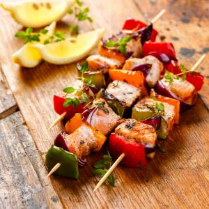 4 Brochettes de poissons aux saumon label rouge élevé en Ecosse (Salmor salar) et cabillaud (Gadus Morhua) atlantique nord est zone27 V Engin trémails avec poivrons, tomates, oignons français
