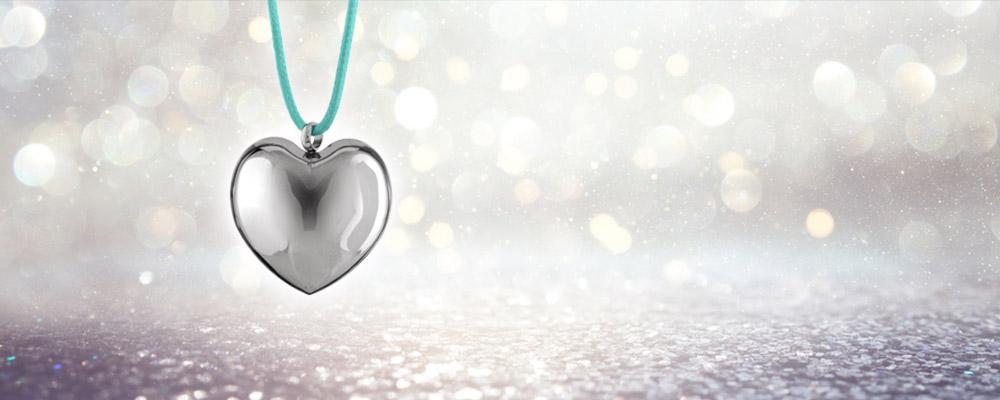 Le temps et l'or: Le pendentif coeur acier avec son cordon bleu ciel à 14 euros